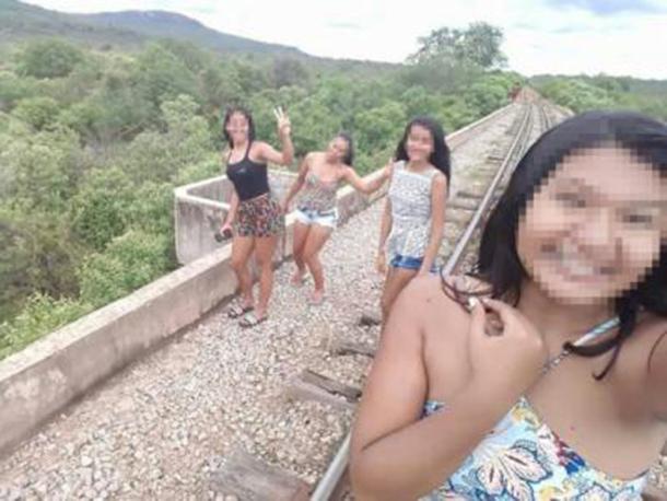 Grupo de amigas cai de ponte ao tentar tirar selfie