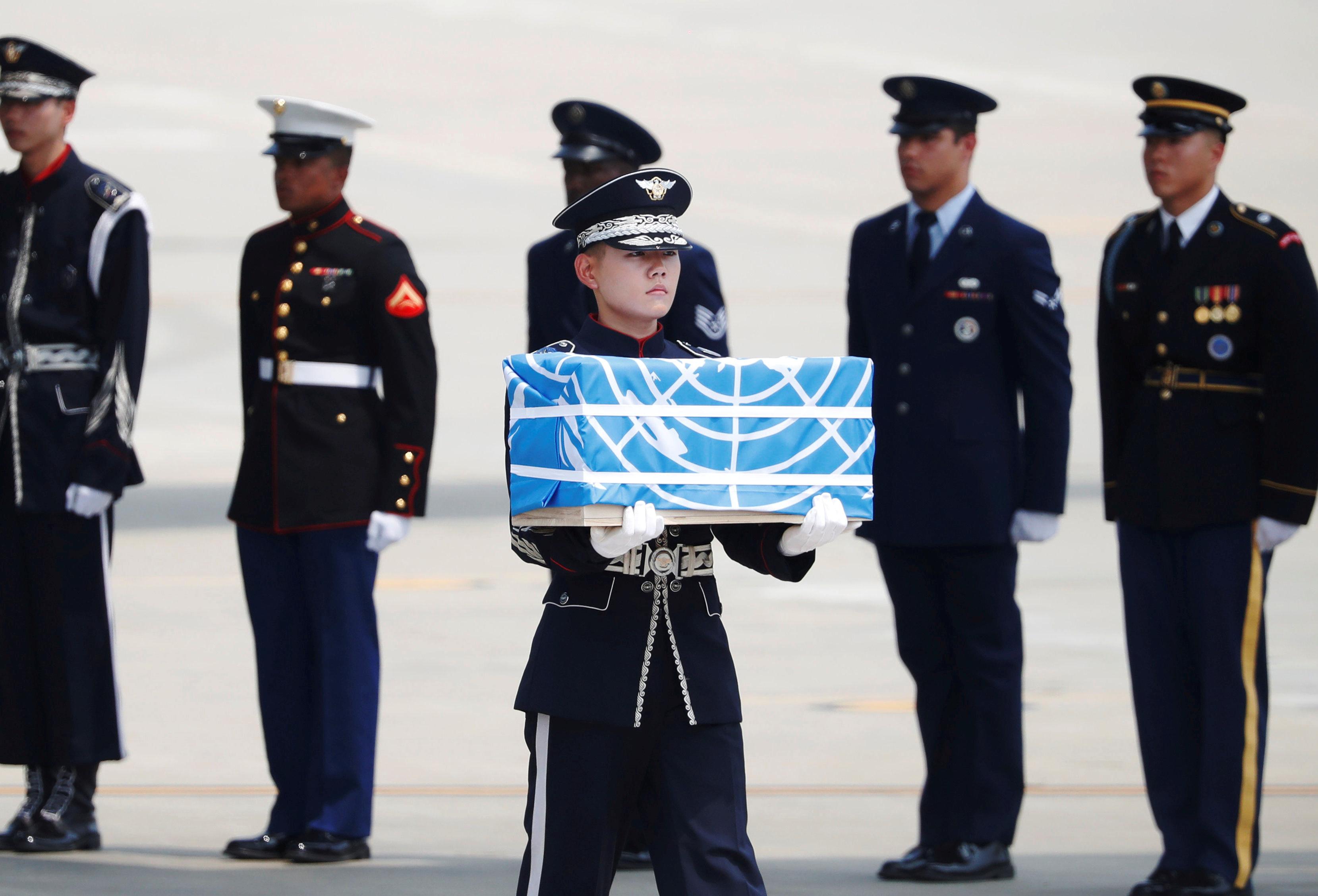 EUA recebe restos mortais de 55 soldados americanos