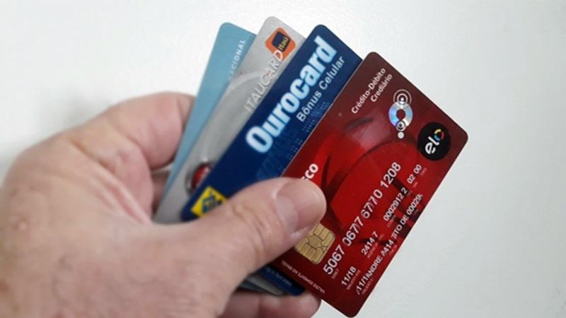 Cartão de crédito consignado para aposentados, pensionistas e servidores públicos. Foto/Roberto Mentha